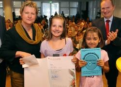 Schulmisterin Löhrmann überreicht Emma und Laura die Urkunde